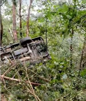 皮卡车冲下80米悬崖,12人遇难