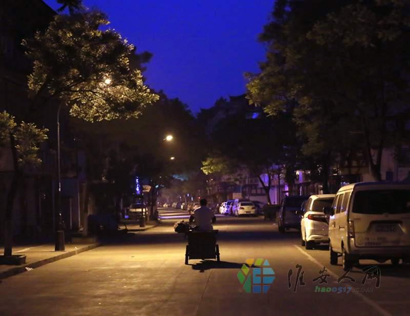 6 零晨五点不到街上还没行人 武师傅就出发了.jpg