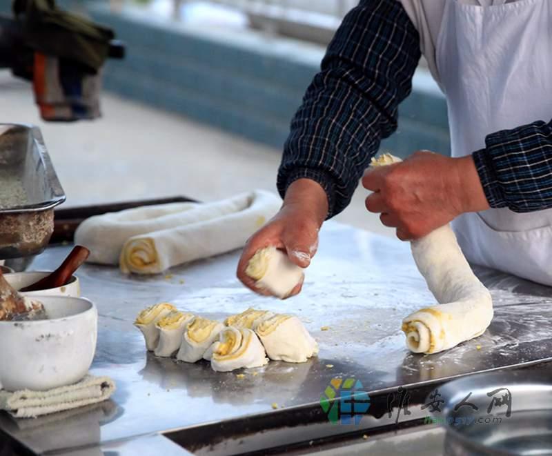 8四十的烧饼生岸练就了一手绝活 每揪下一个都是一样的重量.jpg