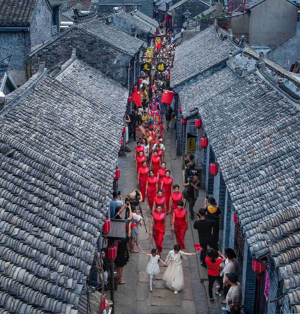 节庆中的古镇 --张俊东.jpg