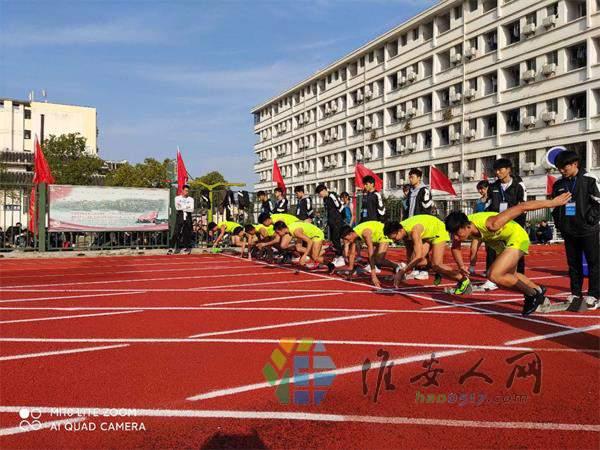23高三体育训练队男运动员100米项目表演.jpg