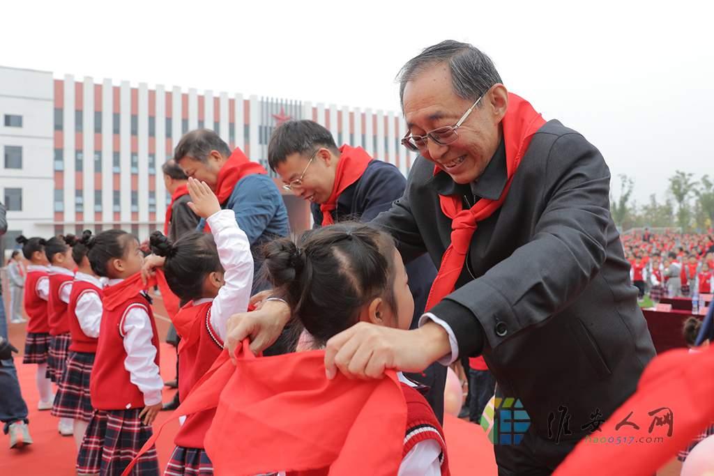 嘉宾们为新队员系上红领巾.JPG
