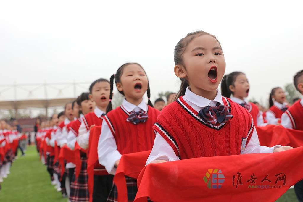 """孩子们高声表达""""传承红色基因 长成参天大树"""".JPG"""