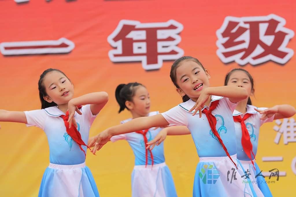周恩来红军小学的歌舞表演《红领巾飘起来》.JPG